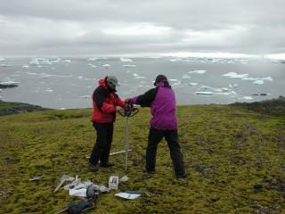 영구동토층에서 얼어붙은 이끼를 얻기 위한 시추 작업이 진행 중이다. - P. Boelen 제공